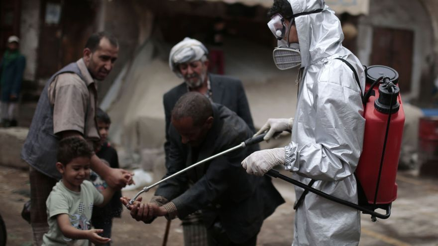 Un trabajador desinfecta las calles de Sanaa, la capital de Yemen