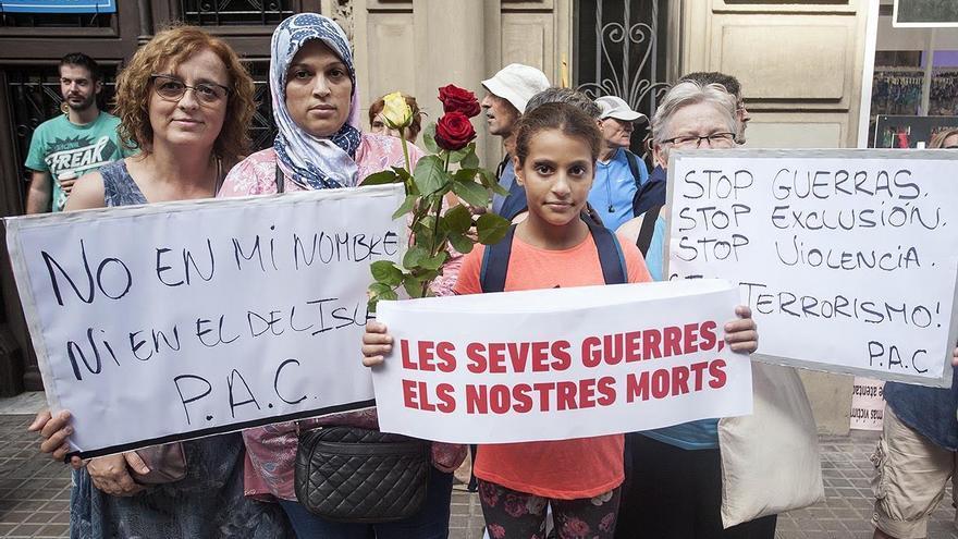 """Laila, segunda por la izquierda, con el cartel """"No en mi nombre"""""""