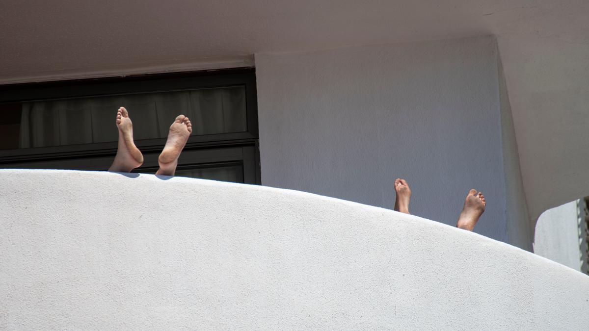 Vista de un balcón del Hotel Palma Bellver, donde guardan cuarentena los estudiantes aislados