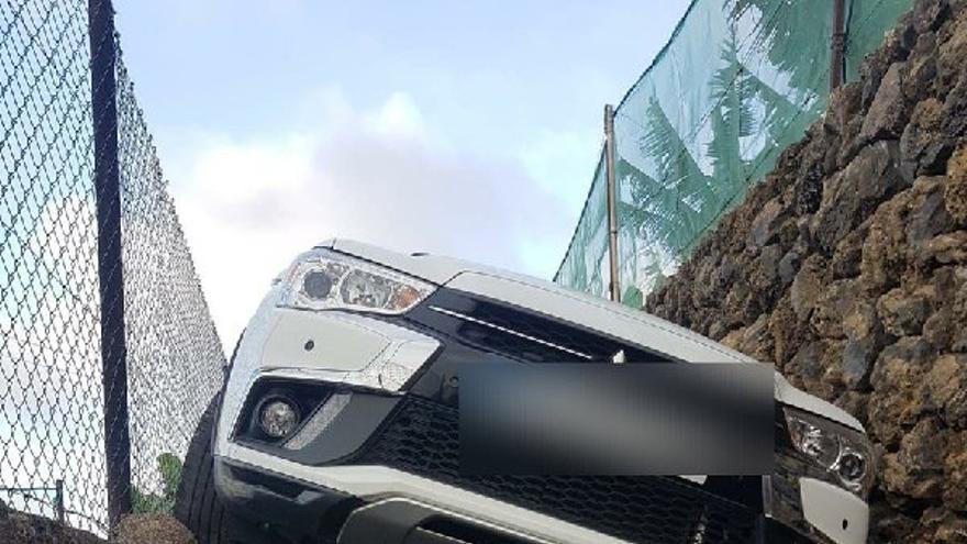 El conductor del vehículo encajonado tuvo que ser rescatado por una dotación de Bomberos de La Orotava.