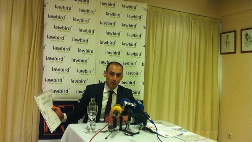 El abogado Antonio Flores, responsable de Lawbird, durante la rueda de prensa que ha ofrecido este jueves en Marbella sobre la inversión en Luxemburgo de la alcaldesa / JCV