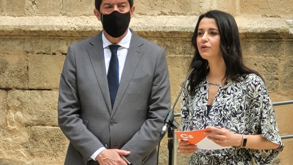 Inés Arrimadas, presidenta de Cs, junto al vicepresidente andaluz, Juan Marín, en el Parlamento.