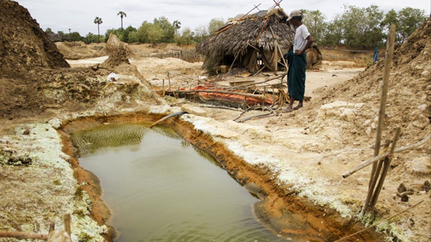 La parcela de Ko Nyo era fértil antes de que los ácidos dejaran yerma la tierra, ahora se ve obligado a producir cobre para sobrevivir. © Carlos Sardiña Galache.