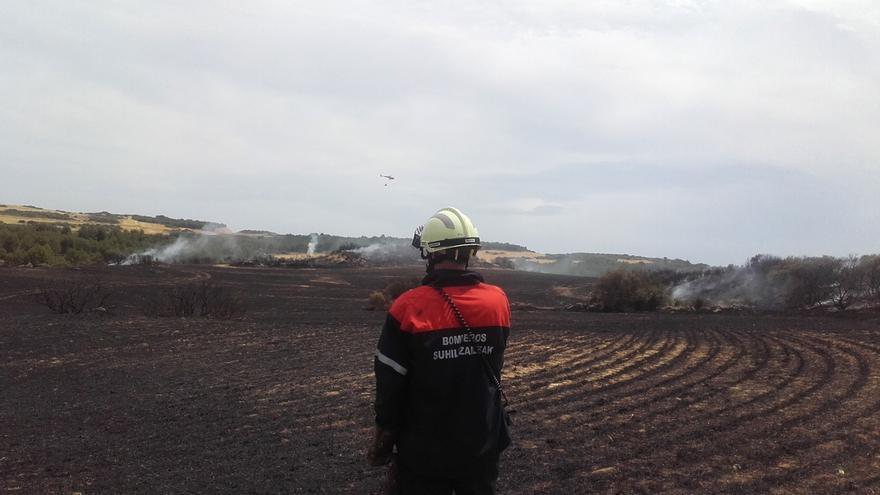 Un incendio quema más de 4 hectáreas y afecta a rastrojos y pinos del Vedado de Eguaras, en las Bardenas