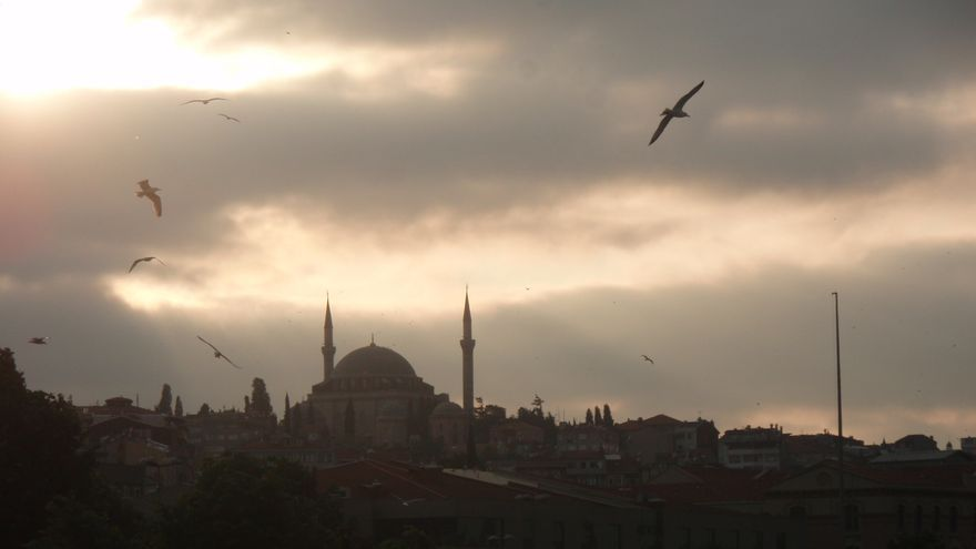 El perfil de Estambul, al atardecer, desde uno de los  puentes que unen la ciudad  / N. R.