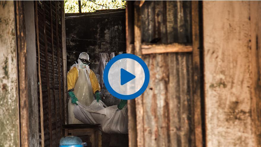 Instantanea del vídeo donde se muestra la labor de aquellos que recogen los cadáveres del ébola