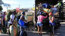 Ciudadanos venezolanos que quieren cruzar a su país son trasladados desde el Puente Simón Bolívar hasta el Puente de Tienditas, donde permanecerán en un refugio, en Cúcuta (Colombia).