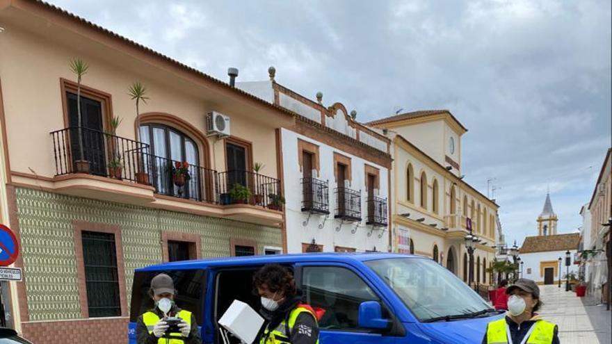 Blanca Vera, a la derecha, este miércoles en una calle de San Bartolomé de la Torre (Huelva)