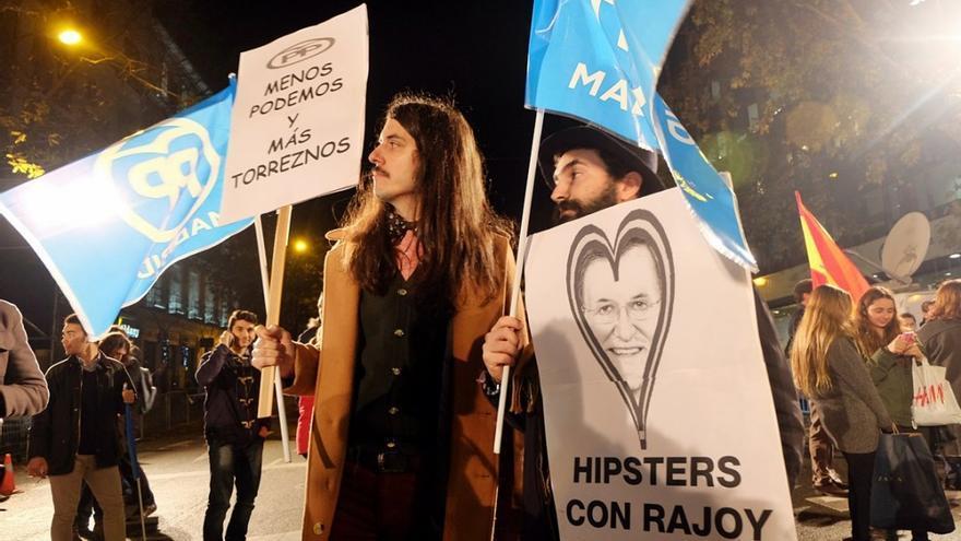 Dos miembros del colectivo Homo Velamine, conocido por sus acciones paródicas, frente a la sede del PP./ Omar Oeste