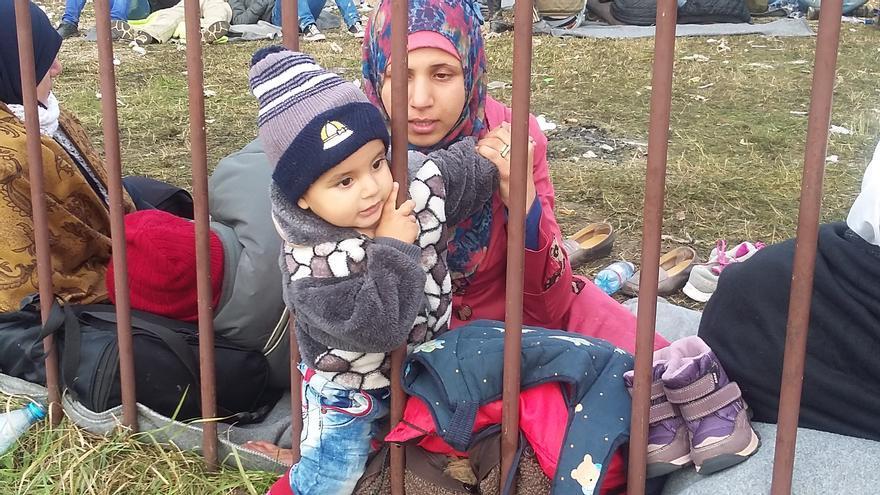 Una madre con su hijo en el campo de refugiados de Brezice, Eslovenia / Elena Herreros