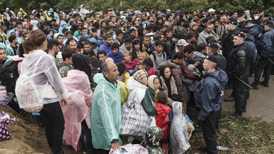 Refugiados y migrantes esperan en cruce fronterizo de Berkasovo/Bapska (entre Serbia y Croacia). Cientos de familias se enfrentan a bloqueos y retrasos en las proximidades de los pasos fronterizos de Hungría, Croacia, Serbia o Eslovenia, debido a los cierres de fronteras y a las limitaciones de tránsito impuestas en los Balcanes. Fotografía: Achilleas Zavallis