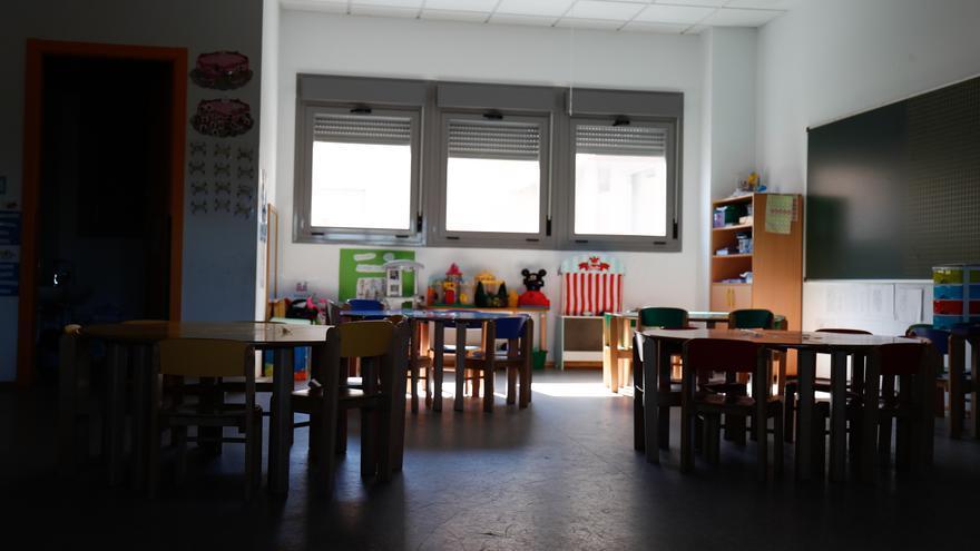 Sillas y mesas de un aula en el interior de un colegio