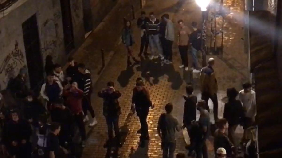 Grupos de jóvenes en la calle de San Andrés a las 4 de la madrugada del pasado sábado, momentos antes de que la cosa fuera a mayores con los antidisturbios