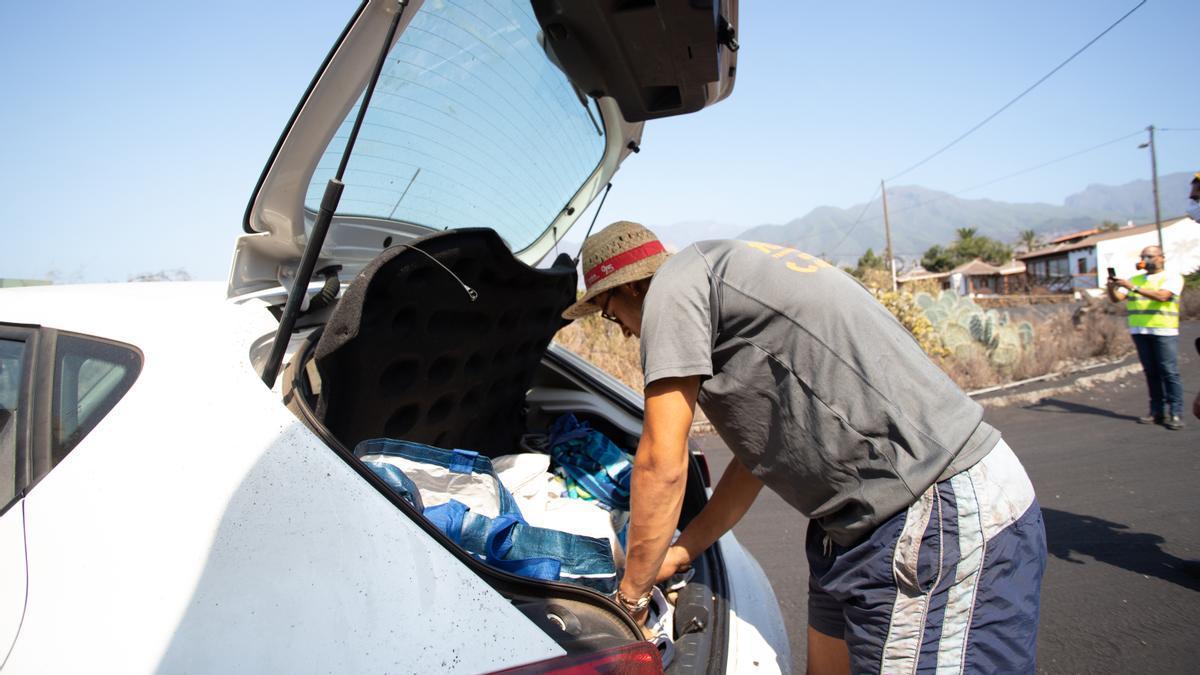 Víctor guarda en el maletero de su coche las últimas pertenencia que ha podido salvar ante la posible llegada de la lava a La Laguna