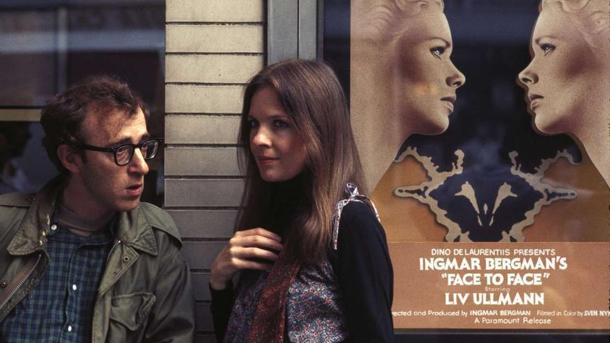 Woody Allen y Diane Keaton en 'Annie Hall', enfrente de un cine en el que proyectan 'Cara a cara' de Bergman