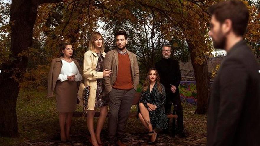 El elenco de actores de 'El hombre duplicado', en una fotografía promocional.