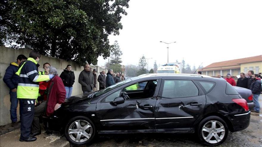 Olas gigantes provocan varios heridos y arrastran vehículos en Oporto