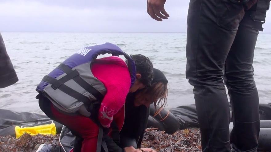 Una niña consuela y ayuda a su madre, ya en tierra, tras un viaje de alto riesgo por el mar en pleno temporal. Lesbos / Imagen de vídeo de Mikel Konate