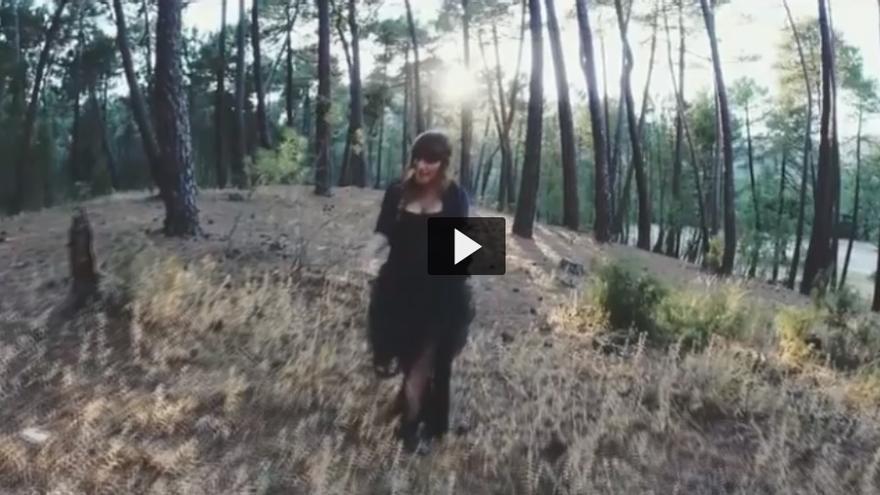 Un momento del videoclip donde se aprecia a la artista albaceteña en mitad de esta zona quemada en el incendo de Yeste y Molinicos.