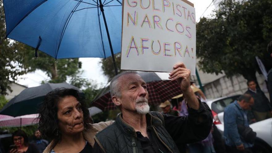 Simpatizantes de Morales en México celebran su asilo ante embajada boliviana