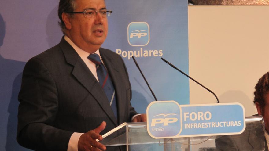 """Zoido pedirá en el Parlamento un plan """"específico e integral"""" contra el descenso de pasajeros en el aeropuerto"""