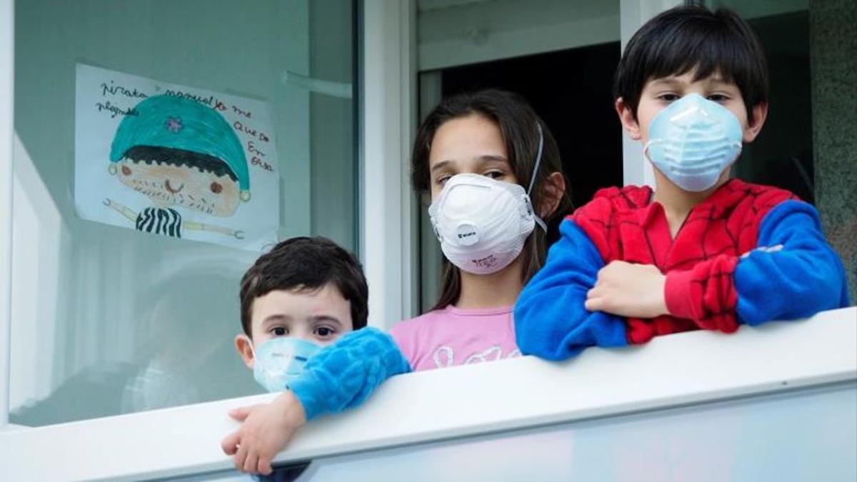 Tres niños con mascarillas en Lugo