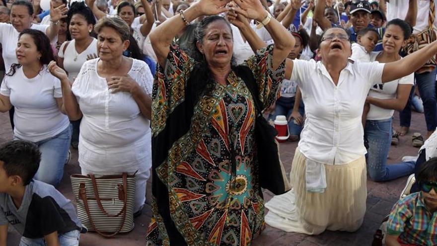 Devotos piden de rodillas cancelar congreso de industria porno en Cartagena
