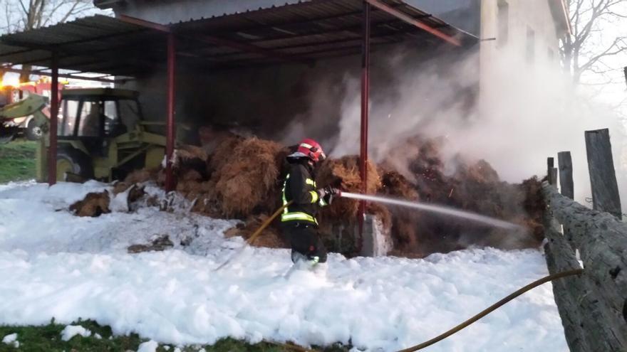 Se queman unos 5.000 kilos de paja en el incendio de un pajar en Riotuerto