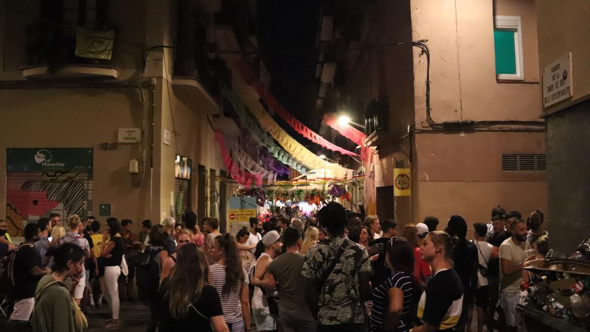Una concentración de personas durante las fiestas de Gràcia