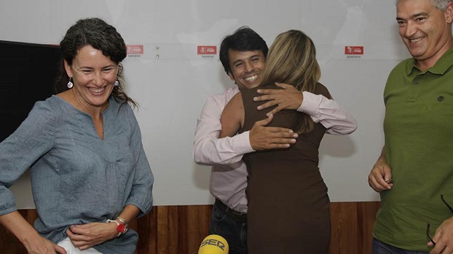 Dolores Corujo se abraza al consejero socialista Marcos Bergaz.
