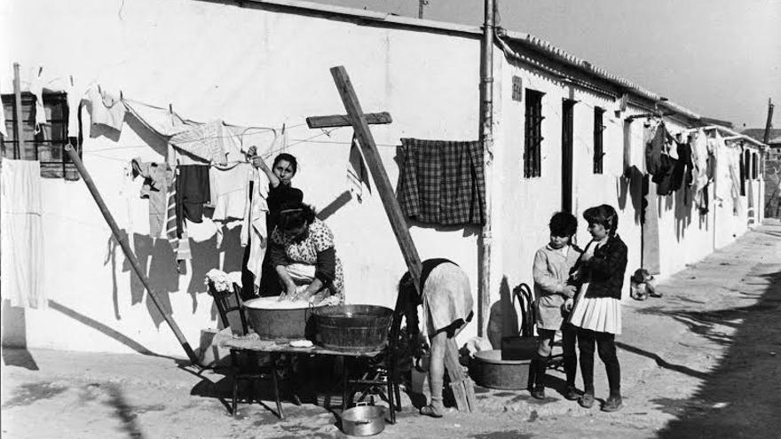 Una hilera de casas del Camp de la Bota en 1967. / Foto: Arxiu Històric de Poblenou