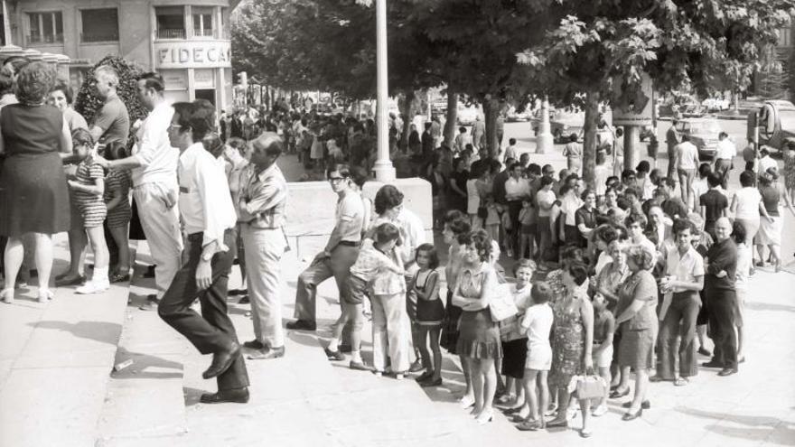 Colas para vacunarse de cólera en el Paraninfo de Zaragoza.