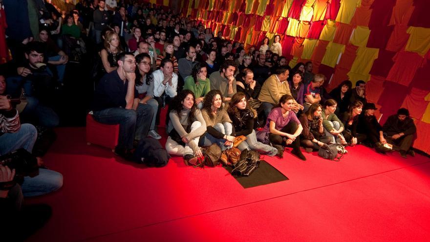 Público de Pura Coincidència, de Roger Bernat, en el caS (Centro de las Artes de Sevilla), para la 12ª edición del Festival Internacional ZEMOS98. / Julio Albarrán