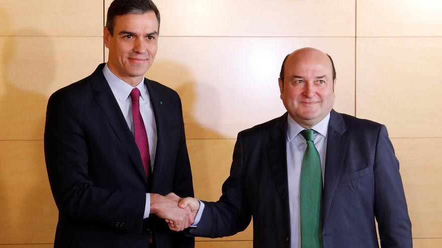 El presidente del Gobierno en funciones, Pedro Sánchez (i), y el presidente del PNV, Andoni Ortuzar (d), durante la firma del acuerdo por el que los nacionalistas vascos votarán a favor de la investidura de Sánchez, este lunes en el Congreso. EFE/Ballesteros