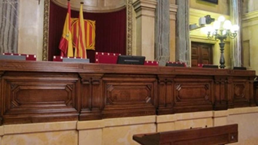 Hemiciclo Del Parlament, Con La Bandera Catalana Y Española