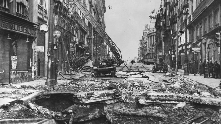 Boquete de una bomba de 250 kg que ha reventado el asfalto de la calle Alcalá, justo al lado de la Puerta del Sol, y llegado hasta la bóveda del metro. Los bomberos están trabajando en la extinción del fuego en el palacio anexo al edificio de la sede de Hacienda.