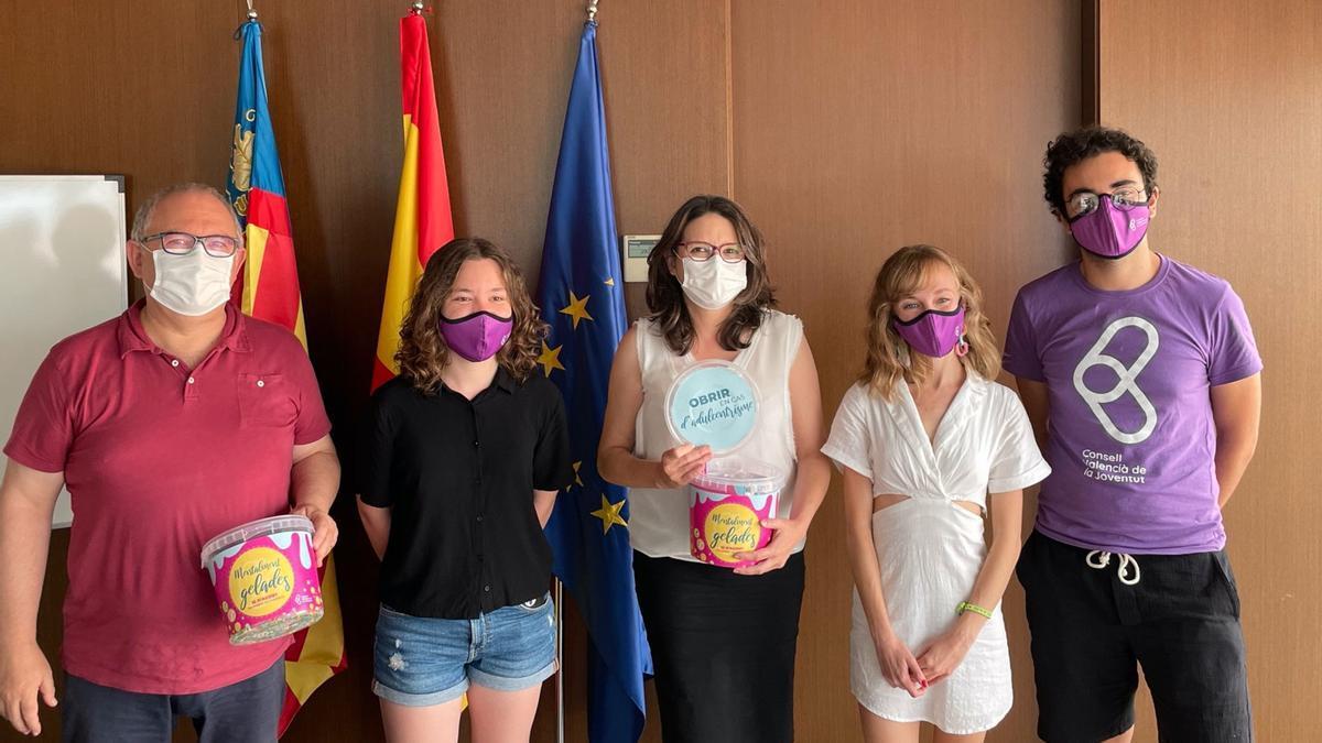 Los responsables del Consell Valencià de la Joventut con la vicepresidenta y consellera de Igualdad y Políticas Inclusivas, Mónica Oltra.