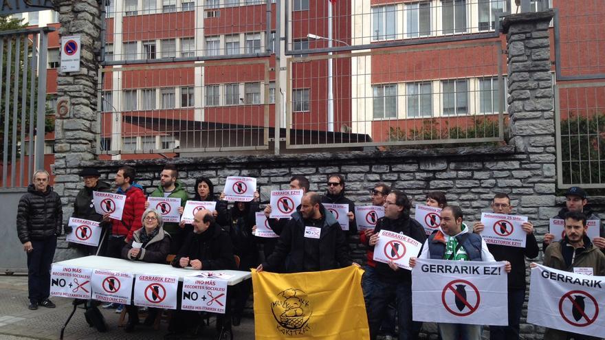 Antimilitaristas, sindicatos y colectivos sociales, en la concentración de esta mañana ante el Gobierno militar de Bilbao. /EDN
