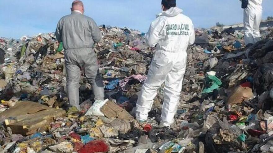La Guardia Civil inspecciona el vertedero de Jaén en el que murió una mujer cuando buscaba chatarra.