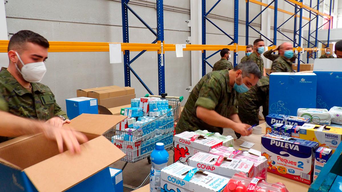 Voluntarios de la Brigada de Cerro Muriano ayudan en el Banco de Alimentos.