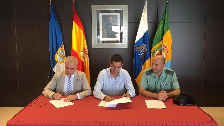 De iquierda a derecha: Miguel Ángel Morcuende, director insular la AGE; Borja Pérez, alcalde de Breña Baja, y Pedro Peinado Benítez, teniente de la Guardia Civil.