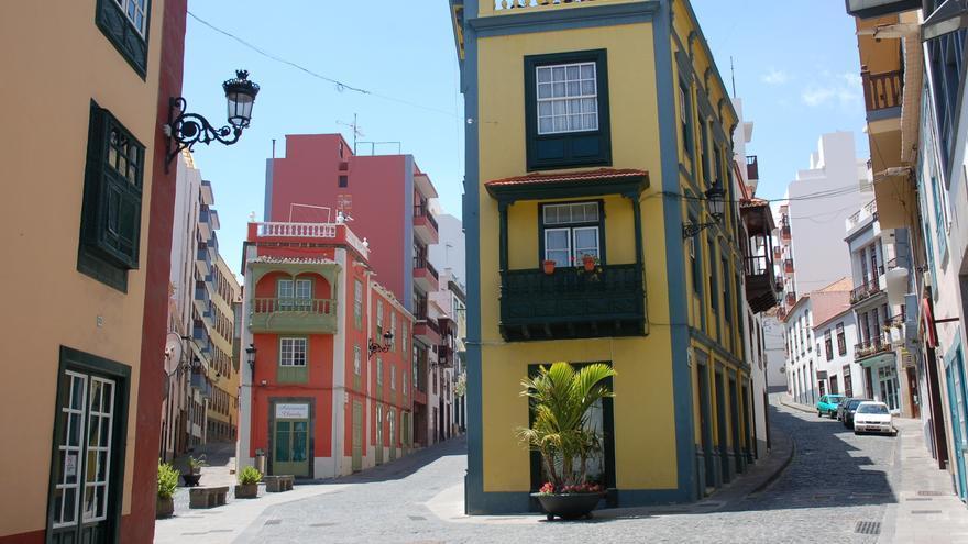 Calles del centro del casco urbano de Santa Cruz de La Palma, donde como en el resto de la Isla y de toda España, la actividad comercial y de restauración está paralizada por el estado de alarma decretado por la pandemia del coronavirus.
