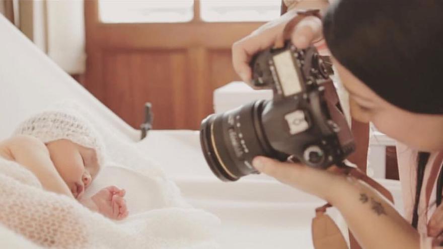 Yaiza Castillo fotografiando un bebé en su estudio.
