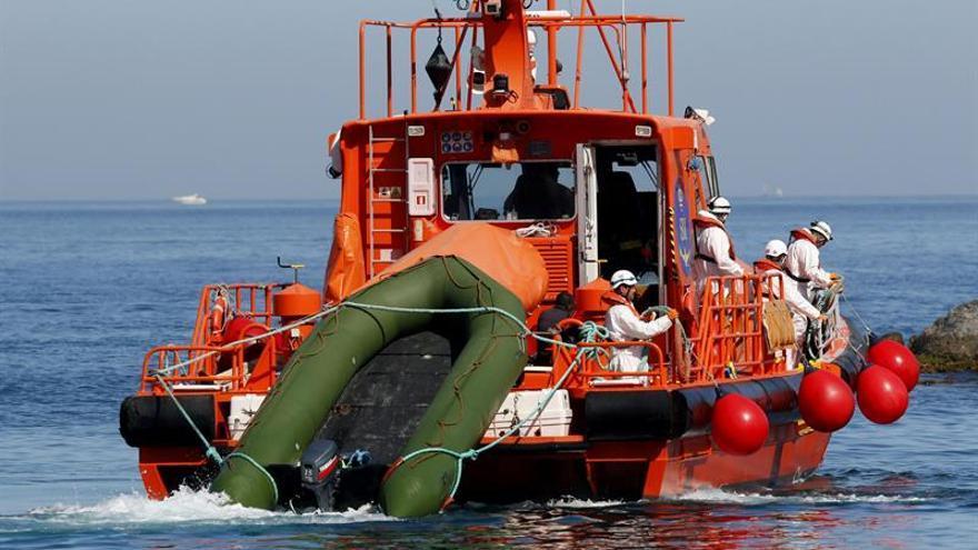 Rescatados los 28 inmigrantes de una patera que se buscaba en mar de Alborán