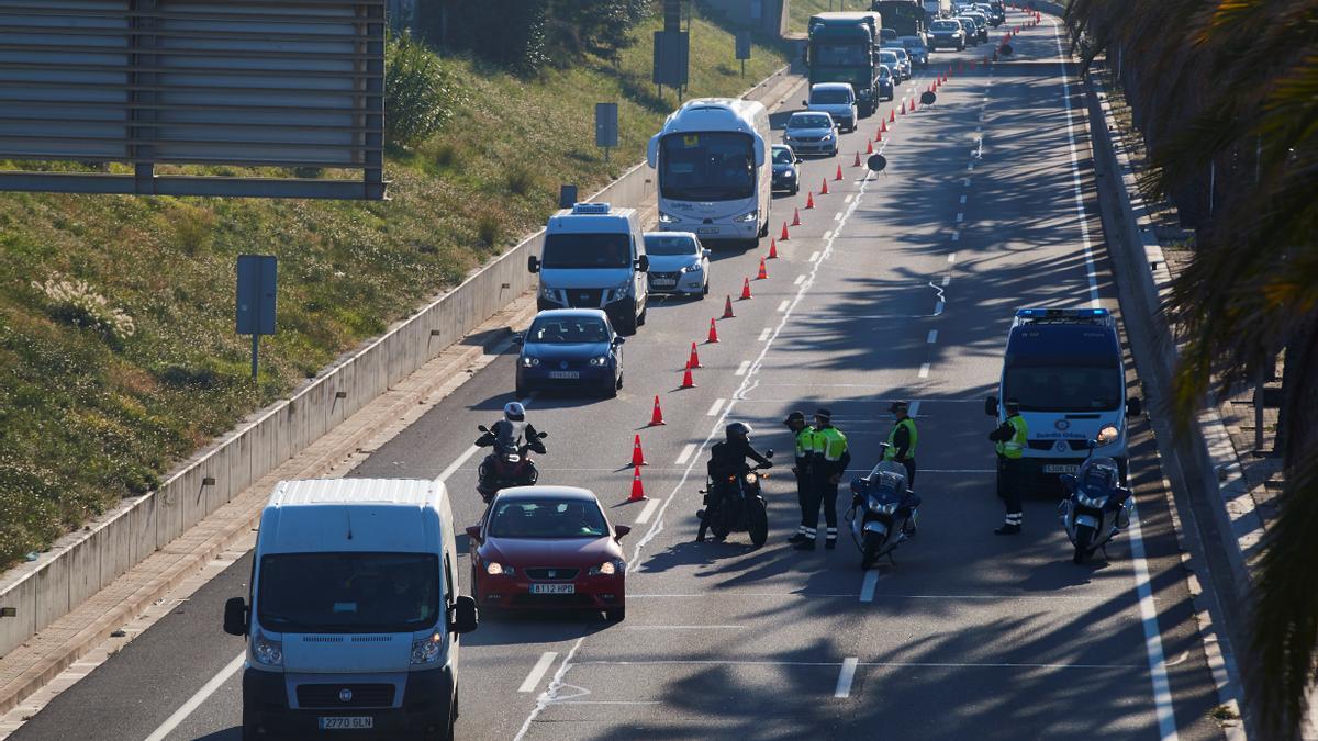 Control de movilidad de la Guardia Urbana en la Ronda Litoral de Barcelona. EFE/Alejandro García/Archivo