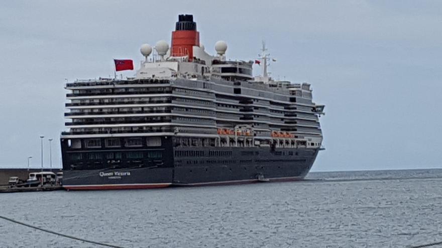El buque 'Queen Victoria', este miércoles, en el puerto de Santa Cruz de La Palma. Foto: LUZ RODRÍGUEZ.