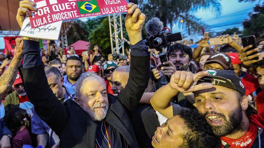 Seguidores del expresidente Lula da Silva le rodean a las puertas de la superintendencia de la Policía Federa de Curitiba, instantes después de su puesta en libertad.