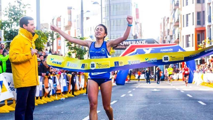 Lucas Bravo de Laguna agarrando la cinta de la Gran Canaria Maratón de 2014, organizada por Volaví Canarias