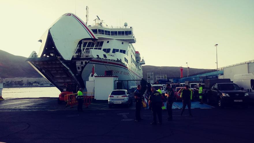 Poco después del amanecer comienza el 'Volcán de Taburiente' a tragarse pasajeros y vehículos con destino a las islas de La Gomera y El Hierro.
