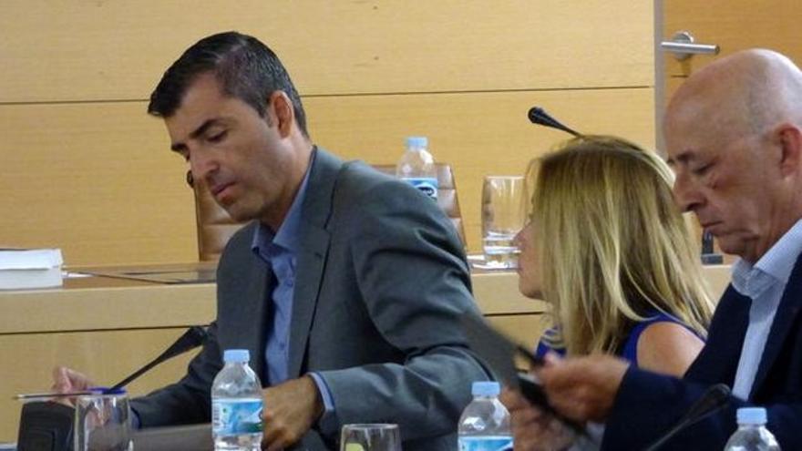 Pedro Suárez, derecha, junto a Manuel Domínguez, en el otro lado, en un pleno del Cabildo